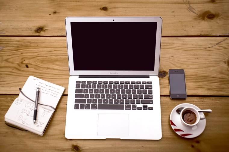 Il blog dello scrittore: un computer e un taccuino, strumenti essenziali.