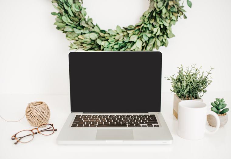Scrittori di successo: un computer e una corona d'alloro.