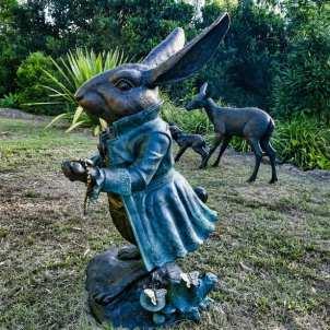 Sculptura White Rabbit sculpture