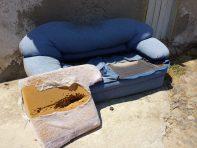 Récupération de la mousse d'un canapé abandonné