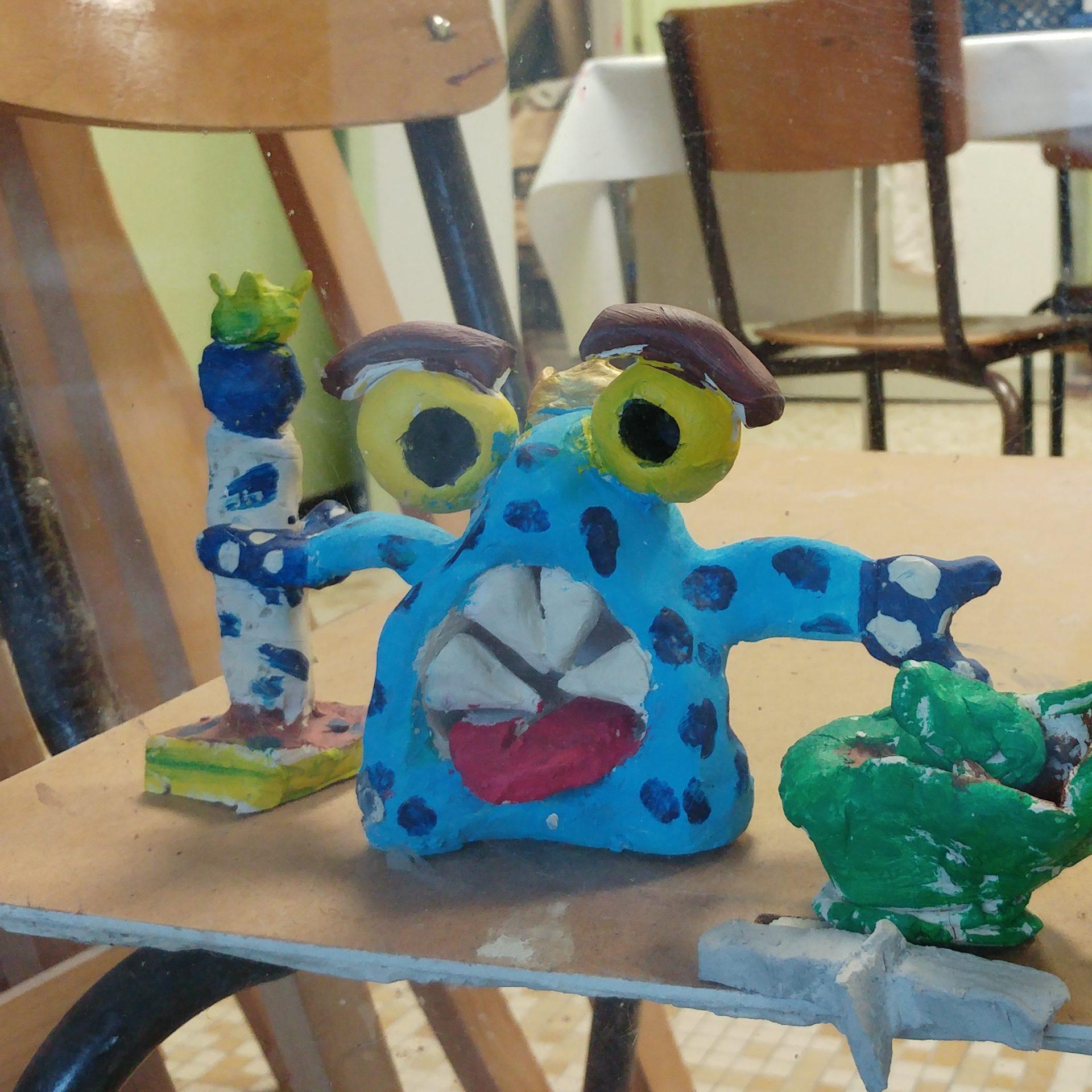 cours enfants : sculpture argile peinte