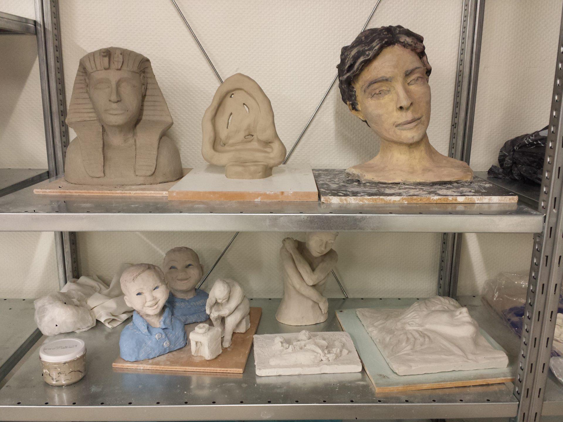 Séchage des sculptures avant cuisson