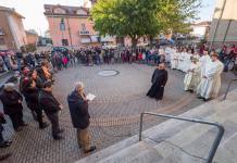 Un momentio della partecipata messa a sant'antonio per l'ingresso di don Enrico Manzini