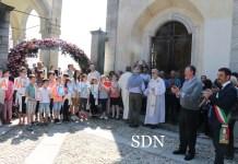 I giovani accolgono don Massimo sul sagrato