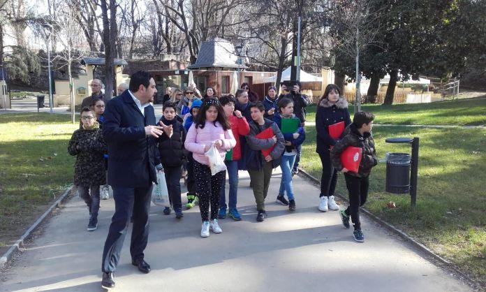 Il sindaco di Novara Alessandro Canelli guida gli alunni al Parco dei Bambini