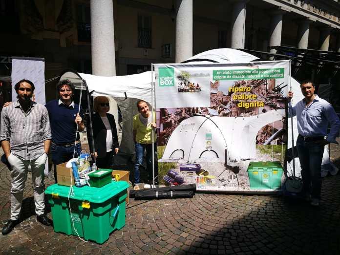 La tenda Shelterbox, da sinistra Andrea Brovia, Antonio Poggi Steffanina, Laura Ubezio, Simona Poggi Steffanina e Amedeo Tavolaccini