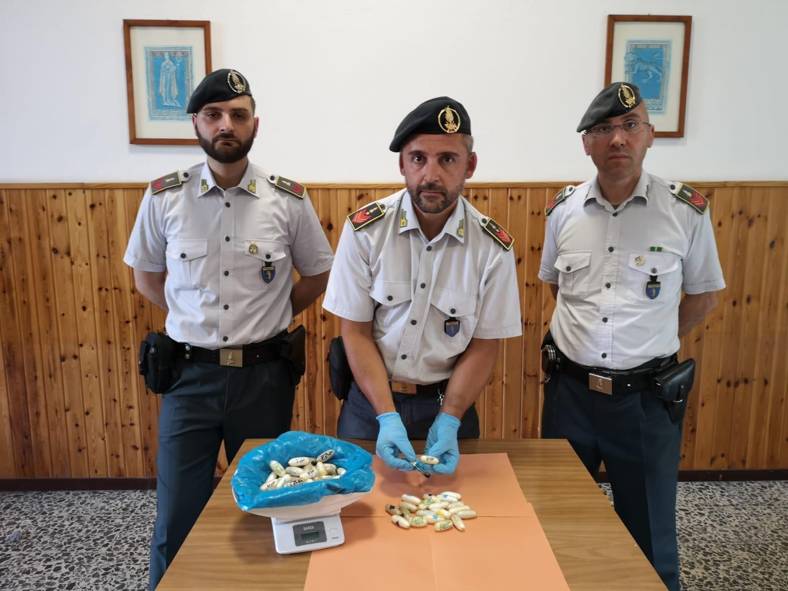 Corriere della droga arrestato a Domo: aveva 73 ovuli di cocaina nell'addome