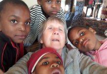 Suor Giustina Zanato missionaria salesiana del Novarese in Mozambico con i bambini