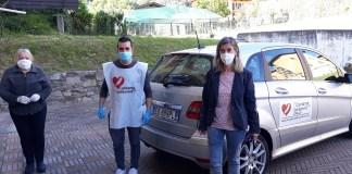 Armeno cantante della solidarietà Salvatore Ranieri con sindaco Mara Lavarini a destra e Rita Anchisi, a sinistra, responsabile centro alimentare