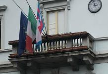 Omegna-municipio-balcone-bandiere mezzasta- lutto Andrea Marchetto