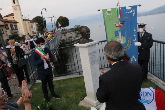 il momento dell'inaugurazione della statua dedicata a Giorgio Ambrosoli