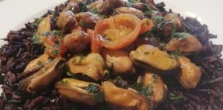 Da Casalbeltrame, la ricetta del riso nero con cozze e pomodorini ciliegini