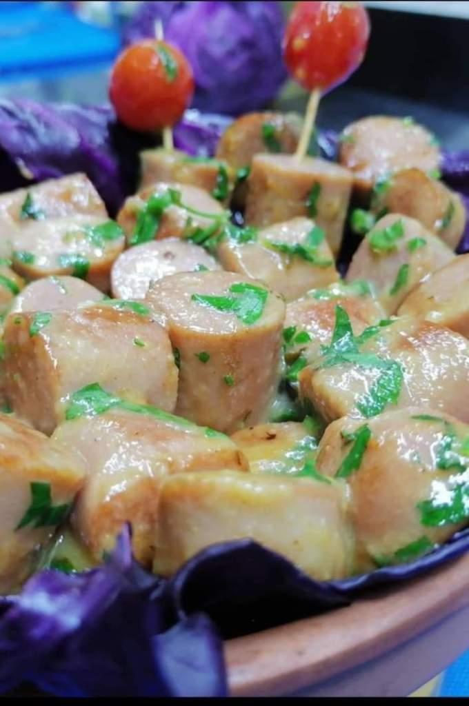 الطبق هوت دوغ (نقانق ب الثوم والحامض)