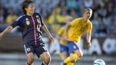 صورة لاعبة يابانية تنظم لفريق كرة قدم رجال