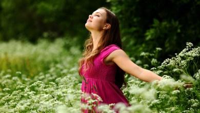 صورة المرأة كالغصن الرطب تميل وتنحني مع العاصفة لكنها لا تنكسر