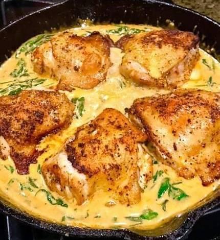 """""""حضريها """"دجاج وسبانخ بصلصة البابريكا الكريمية"""