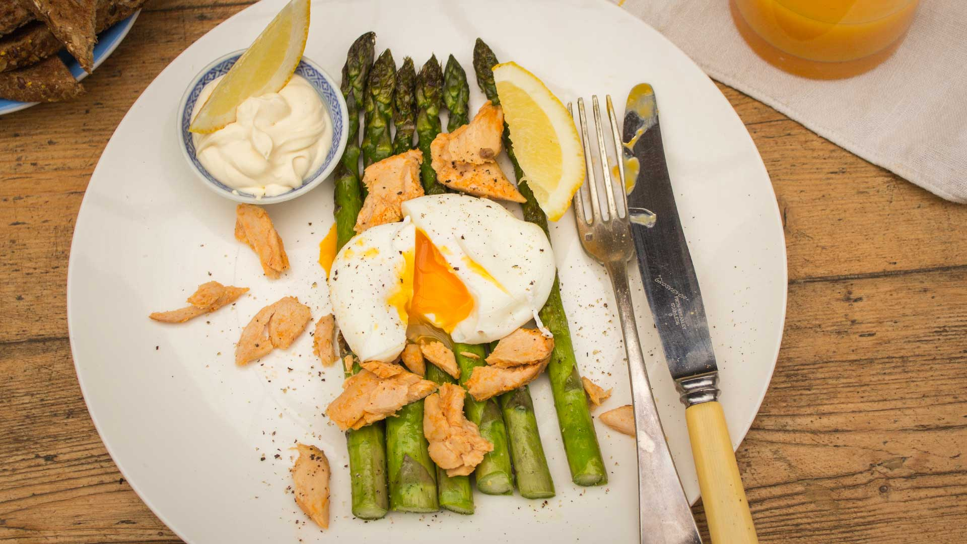 smoked salmon with poached egg pangrilled asparagus and