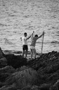 Pescatori al lavoro da terra