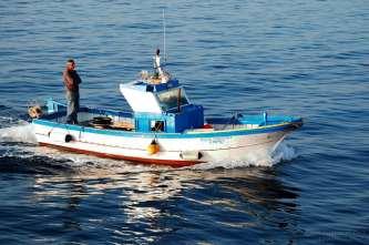 Barca da pesca al rientro in porto