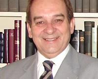 Pr. Oliveira Araújo em seu gabinete na PIB Vitória-ES