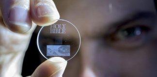 Cientistas armazenam a Bíblia em dispositivo que dura bilhões de anos