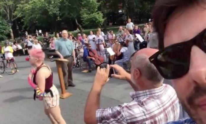 Danilo Gentili flagra ativistas LGBT hostilizando pastor durante pregação
