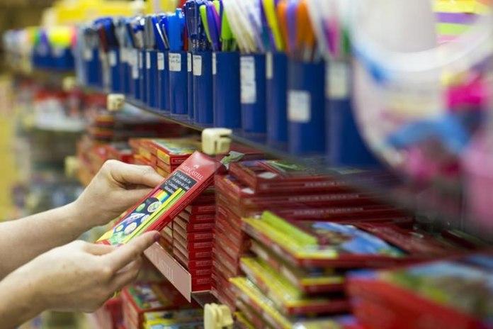 Crianças devem acompanhar os pais na compra do material escolar, diz consultor
