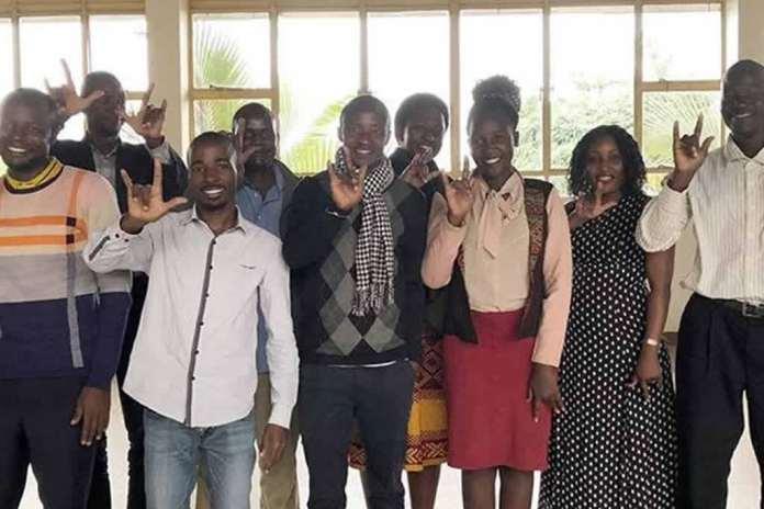 Bíblia em linguagem de sinais para cristãos surdos na África
