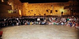 Sobrevivente do Holocausto comemora aniversário no Muro das Lamentações