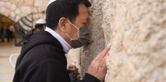 Muro das Lamentações reúne judeus e chineses em orações