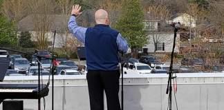 Igreja Batista transformou seu culto de domingo em uma experiência de drive-in