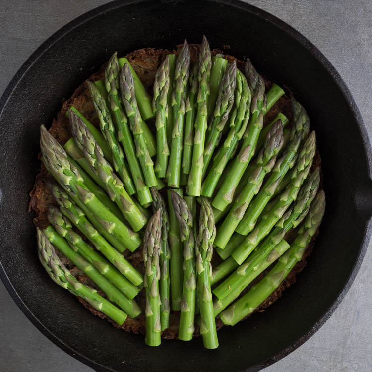 Gluten Free Asparagus Tart | This gluten free asparagus tart has a crispy potato crust and is topped with gooey fontina cheese and savory roasted garlic. Perfect for weekend brunch! | SeasonedVegetable.com