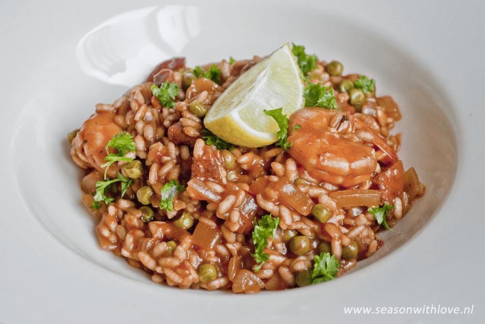 Tomaten paella met chorizo en garnalen