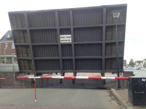 Onderweg naar de auto: brug open. KAK!