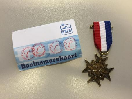 4 stempels; medaille in de pocket...