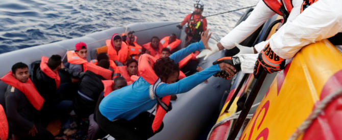 Nelle Ong spuntano gli stipendi d'oro: diecimila euro per salvare i migranti
