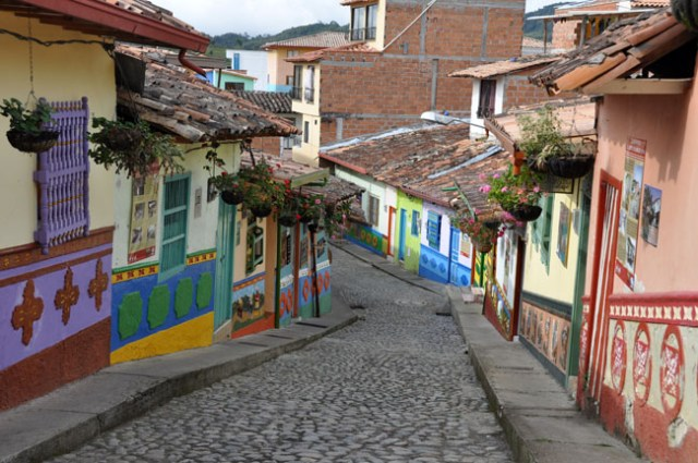Guatapé is famous for its zócalos, depictions of village life that adorn the lower half of most buildings.