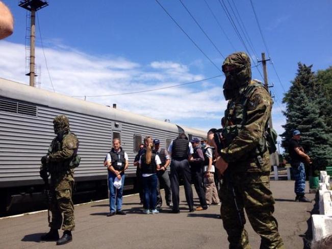 Miliziani russi sorvegliano il vagone coi cadaveri dell'MH17