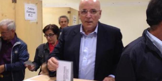 Mario Oliverio mentre vota alle primarie