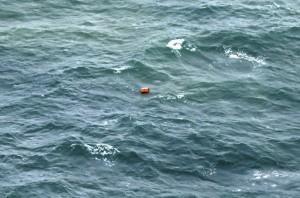 Un rottame del relitto nel mare di Java