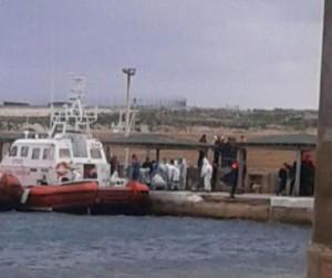 Una delle due motovedette della Guardia costiera che ha  portato a Lampedusa i cadaveri dei migranti morti nel canale di Sicilia (Ansa/Desiderio)