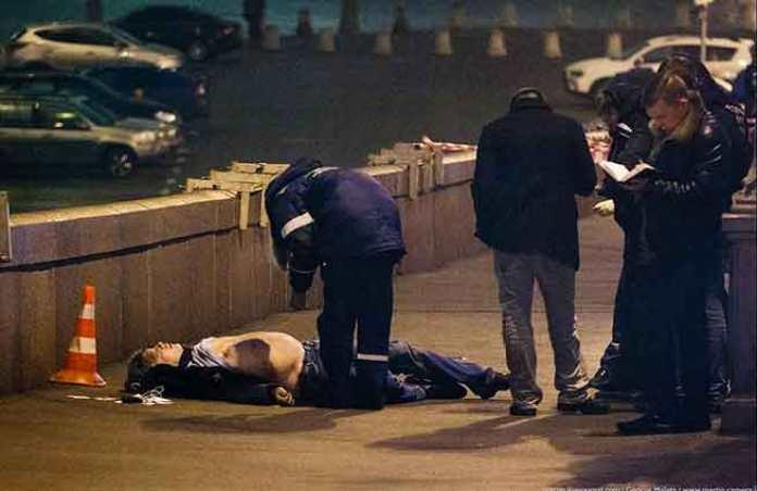 La polizia scientifica russa nei rilievi accanto al corpo senza vita di Nemtsov