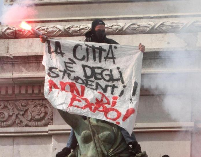 Giovani sulla statua di Garibaldi in largo Cairoli a Milano
