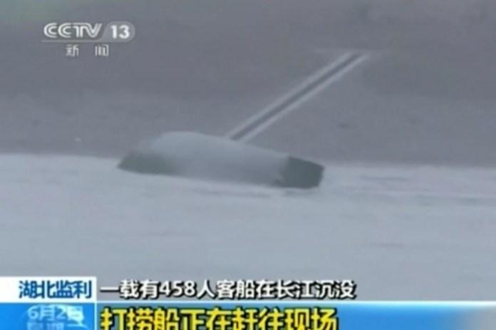 """Il battello turistico """"Stella d'Oriente"""" capovolta sul fiume Yangtze"""