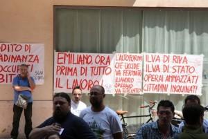 Il presidio contro il governatore Emiliano a Taranto
