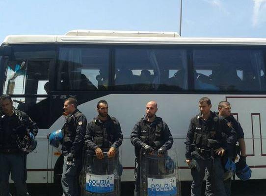 Pullman di migranti scortato dalla Polizia (foto Laura Bogliolo)