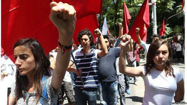 Turchi protestano contro l'attentato di Suruc