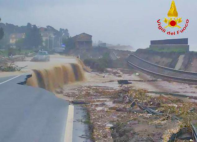 La linea ferroviaria in Calabria spazzata via dal maltempo