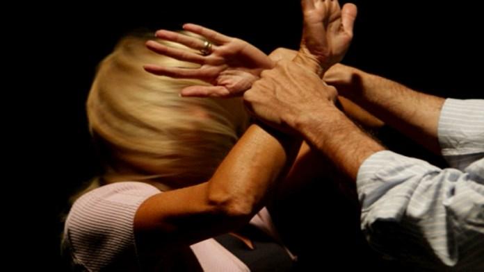 Paola, picchia e violenta ex moglie. Arrestato titolare di un bar a Belvedere