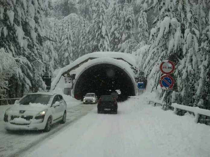Maltempo, neve a bassa quota. Allerta rossa in Liguria e Toscana